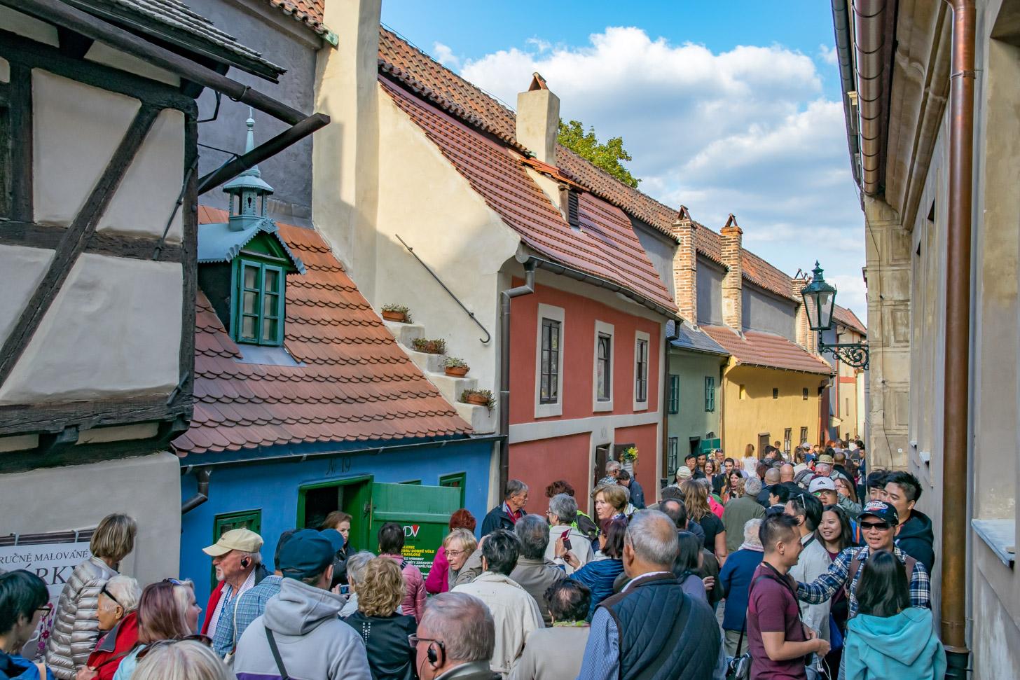 Drukte door toeristen in het Gouden Straatje