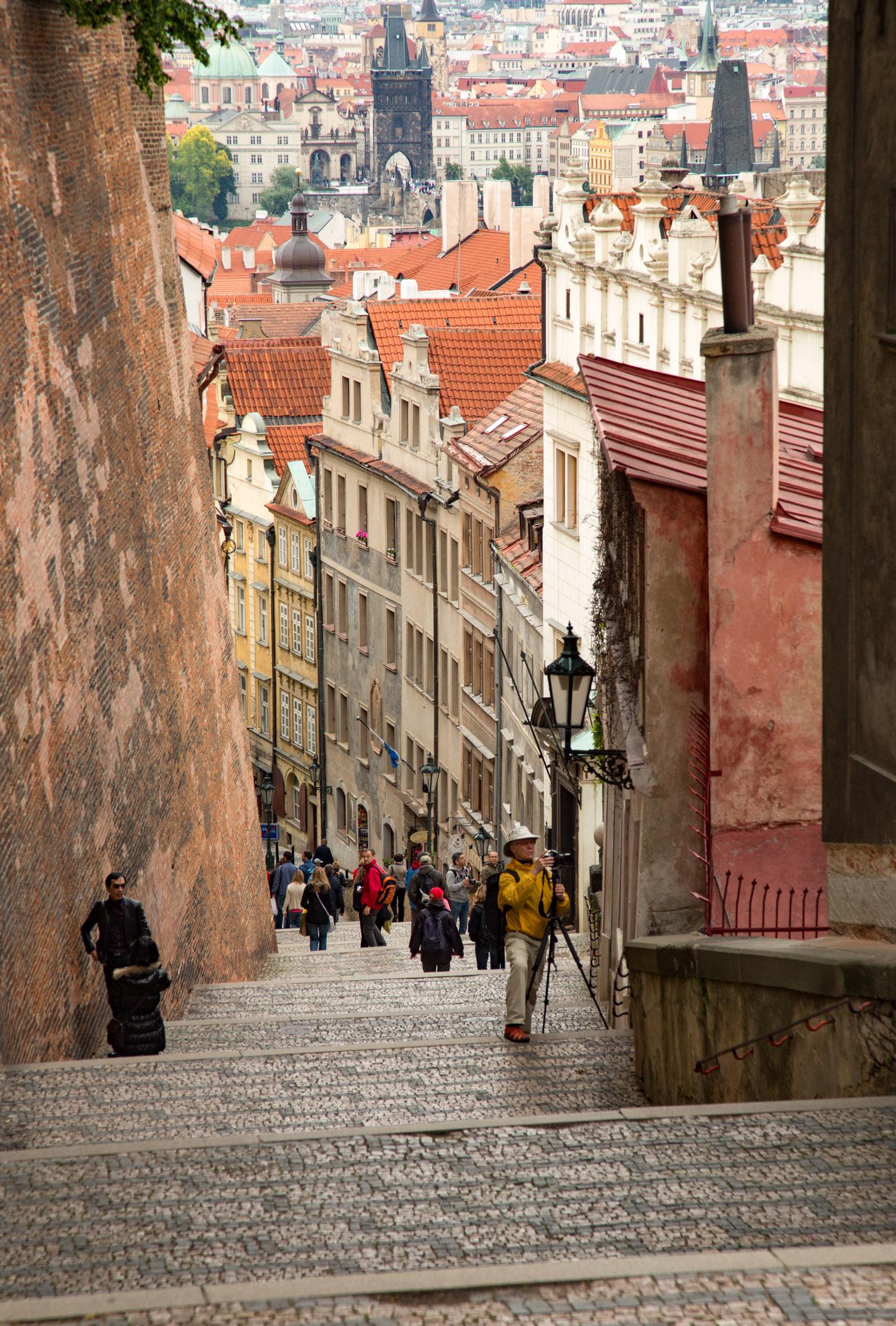 Een van de vele romantische straatjes die je in Praag tegenkomt.