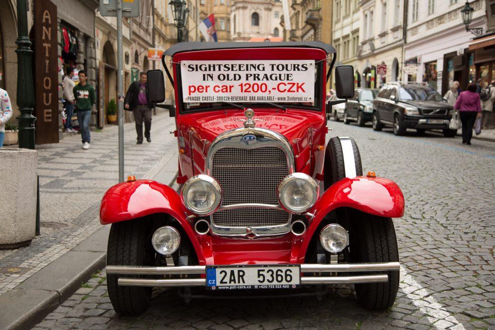 Dit zie je best veel in Praag: rondritten met een klassieke auto