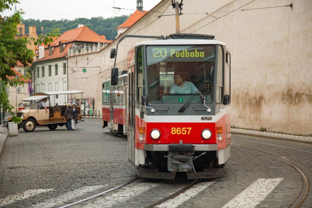 Een tram in Praag
