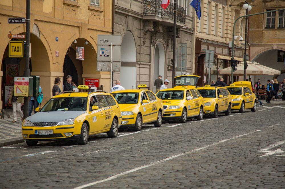 taxi's wachtend op een taxistandplaats in Praag